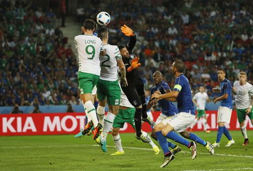 Thủ môn Sirigu và hàng thủ tuyển Ý vất vả trước CH Ireland