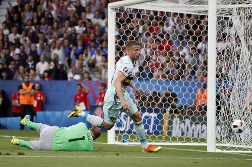 Trung vệ Toby Alderweireld mở tỉ số từ phút thứ 10 cho tuyển Bỉ