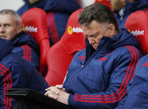 Chiếc ghế của Van Gaal không còn vững vàng cho đến hết mùa