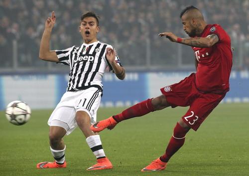 Arturo Vidal khiến hàng thủ Juventus vất vả