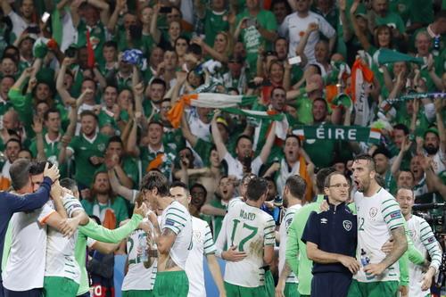 Niềm vui khó tả của CH Ireland lần đầu vượt qua vòng bảng Euro