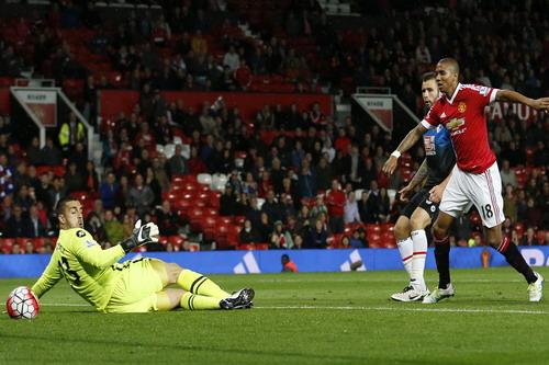 Ashley Young ghi bàn thứ ba cho M.U