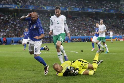 Thủ môn Randolph đối mặt với Simone Zaza (Ý)