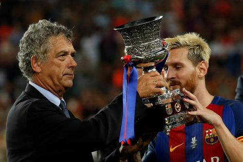 Thủ quân Lionel Messi nhận Siêu cúp