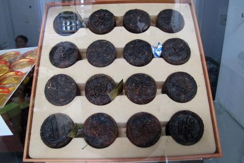 Bộ quân cờ làm bằng lá trà sắc sảo nhưng không dùng để thi đấu