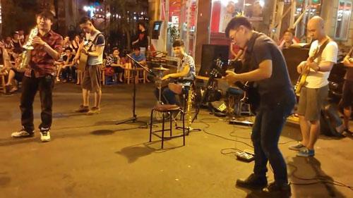 Ban nhạc Rhapsody Philharmonic biểu diễn trên phố Ảnh: Tùng Lâm