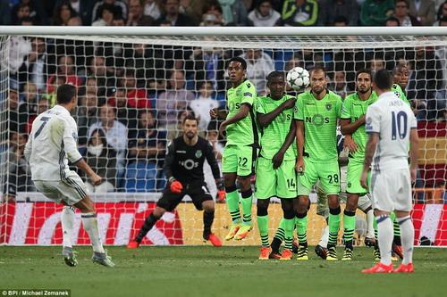 Ronaldo đá phạt thành bàn