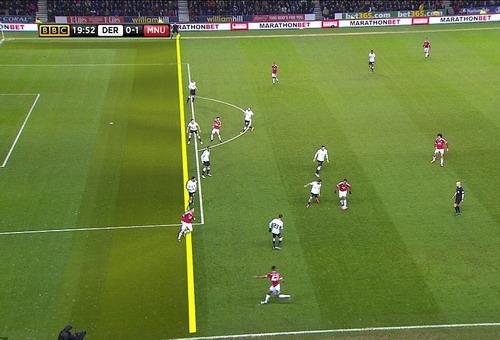 Rooney có vẻ bị việt vị khi nhận bóng và ghi bàn mở tỉ số