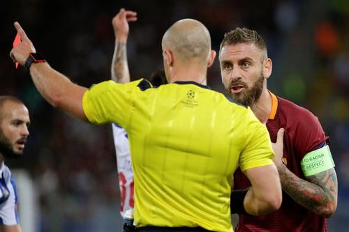 Daniele de Rossi nhận thẻ đỏ phút 39, đẩy Roma vào thế khó