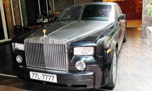Nổi đình đám tại Việt Nam với tư cách là chiếc Rolls-Royce chính hãng đầu tiên, Phantom của nữ đại gia Dương Bạch Diệp đeo biển Bình Định 7777.
