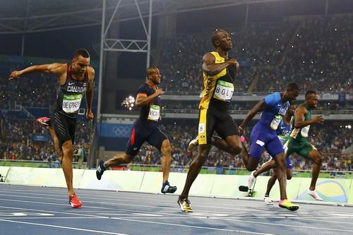 Các VĐV tăng tốc ở đích đến đợt chạy chung kết