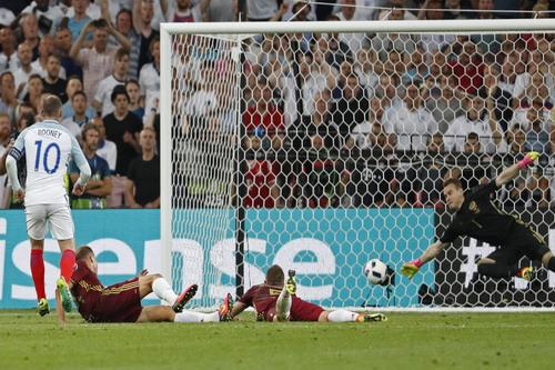 Rooney bất lực nhìn Akinfeev ngăn cản pha làm bàn