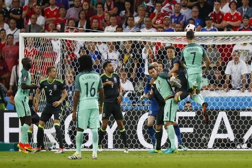 Ronaldo mở tỉ số, bắt kịp kỷ lục ghi bàn của Michel Platini