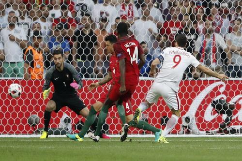 Lewandowski ghi bàn thắng nhanh nhất vòng chung kết