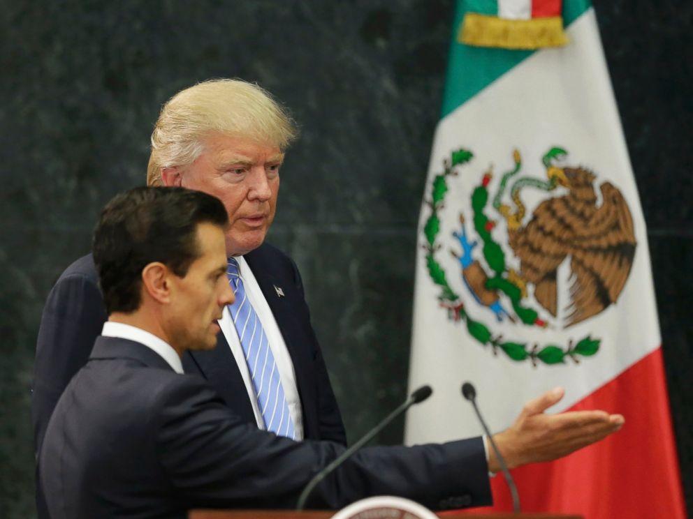 Tổng thống Mexico và tỉ phú Trump tại cuộc họp báo ngày 31-8. Ảnh: Reuters