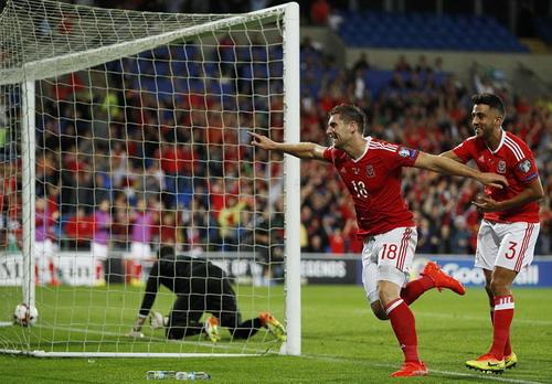Sam Vokes mở tỉ số cho Xứ Wales
