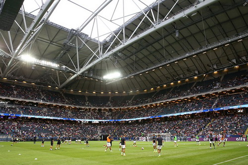 Sân Friends Arena kín trên 50.000 chỗ trước giờ bóng lăn