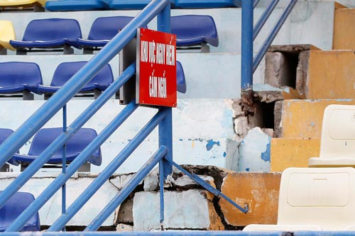 Sân Hàng Đẫy cảnh báo khán giả về vết nứt trên một góc khán đài Ảnh: Hải Anh