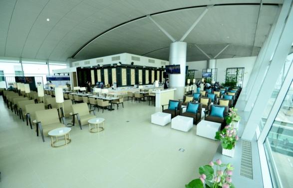 Phòng khách rộng 553 m2 với sức chứa 140 người đáp ứng tiêu chuẩn hãng hàng không 4 sao theo đánh giá của SkyTrax và đạt tiêu chuẩn liên minh hàng không SkyTeam
