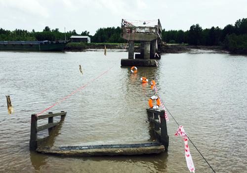 Hiện trường vụ sập cầu Ô Rô - Ảnh: VNE