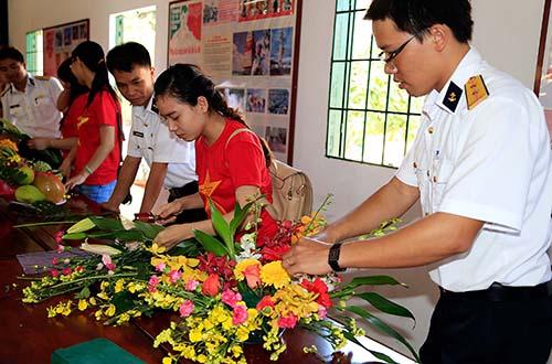 Đoàn Thanh niên Tổng Công ty Thương mại Sài Gòn - TNHH một thành viên (SATRA) giao lưu với chiến sĩ Tiểu đoàn DK1 tại Lữ đoàn 171Ảnh: SATRA