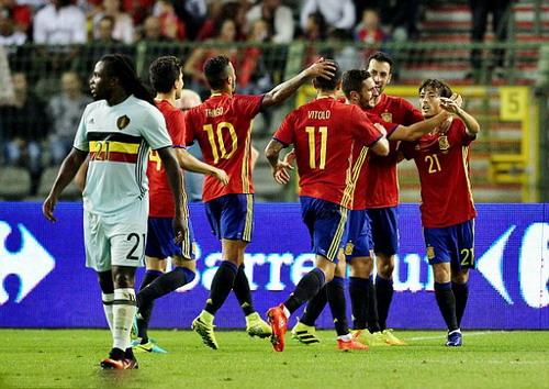 Jordan Lukaku khiến Bỉ phải nhận bàn thua thứ nhì từ chấm 11m