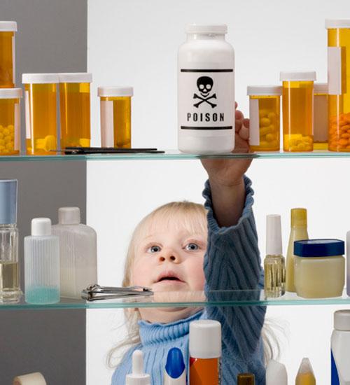 Các bác sĩ khuyến cáo không để những chai lọ chứa chất độc trong tầm với của trẻ nhỏ - Ảnh minh họa