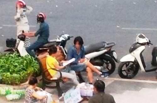 Các chân rết (ngồi trên ghế) trong băng nhóm cho vay nặng lãi tại hồ Con Rùa (trích từ video clip) Ảnh: ĐỨC NAM
