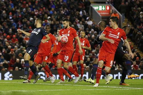 Liverpool thoát hiểm dù Steven Caulker để bóng chạm tay trong vòng cấm
