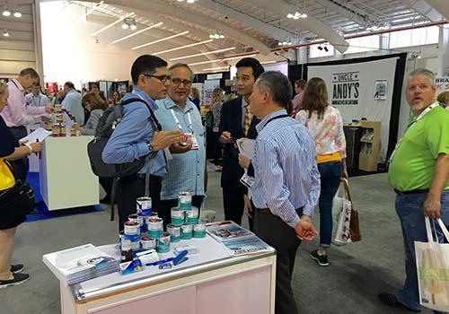 Vinamilk và khách tham dự hội chợ trao đổi và tìm kiếm cơ hội hợp tác