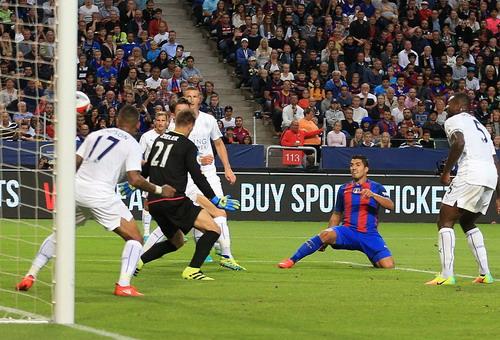 Luis Suarez làm xiếc trước hàng phòng ngự Leicester và ghi bàn