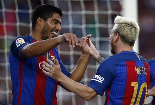 Lionel Messi ghi bàn thắng không tưởng từ cú đá phạt
