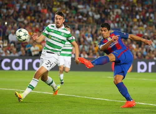 Luis Suarez lập cú đúp