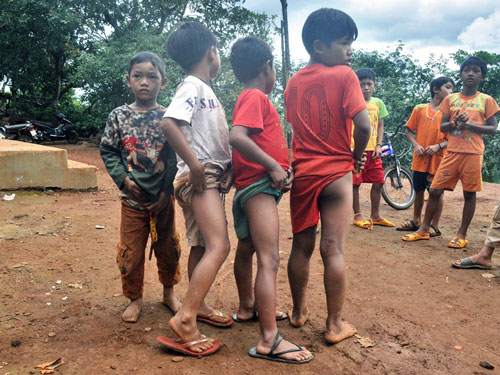 Nhiều trẻ em bị mẩn ngứa khi lội xuống suối Đắk Dao bắt cá chết - Ảnh: Cao Nguyên