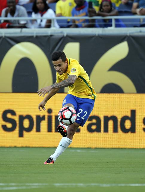 Coutinho và Auguato thay nhau bắng phá khung thành thủ môn Haiti