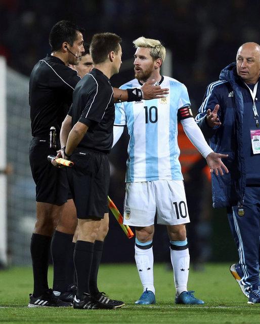 Messi phàn nàn với trọng tài về tình huống bạo lực của Uruguay