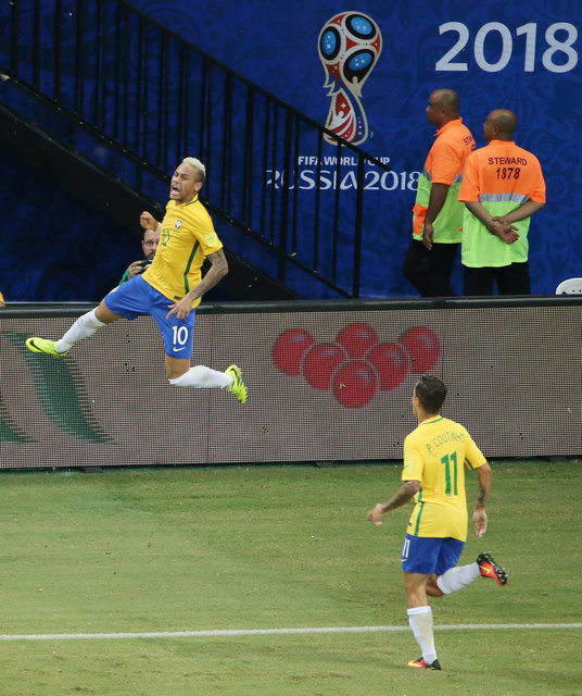 Neymar ăn mừng bàn thắng nâng tỉ số lên 2-1 cho Brazil