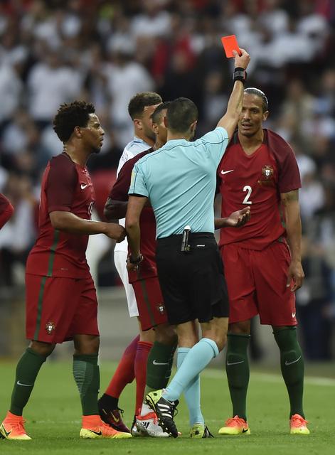 Smalling ghi bàn, Anh thắng nhọc Bồ Đào Nha