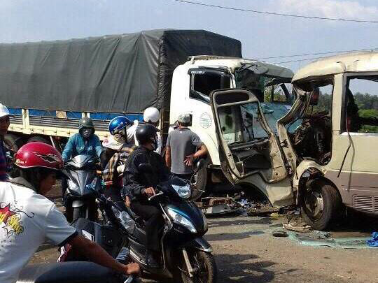 Hiện trường vụ tai nạn giao thông đặc biệt nghiêm trọng xe khách đấu đầu xe tải chiều ngày 2-5 tại tỉnh Đắk Nông làm 3 người chết, 18 người bị thương - Ảnh: Cao Nguyên