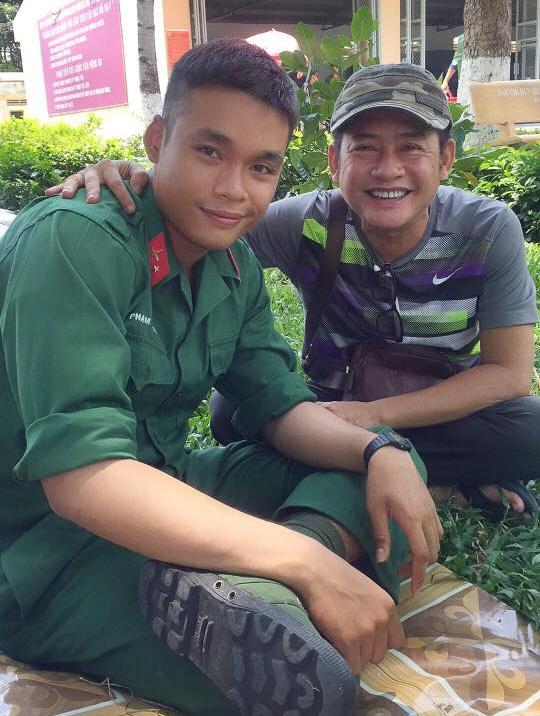 Nghệ sĩ Tấn Beo và con trai đang trong quân ngũ