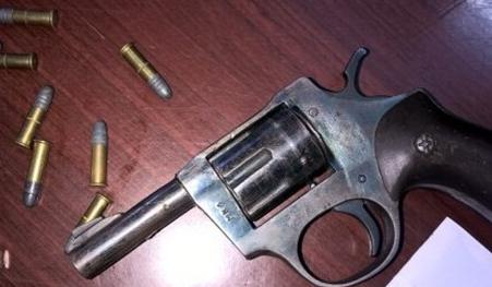 Khẩu súng đã lấp sẵn đạn do Duy mang theo để phòng thân