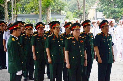 Đại tướng Ngô Xuân Lịch (bên trái hàng đầu) và Đại tướng Phùng Quang Thanh (nguyên Bộ trưởng Quốc phòng, bên phải hàng đầu) cùng các tướng lĩnh cấp cao Quân đội nhân dân Việt Nam vào viếng 9 quân nhân hy sinh - Ảnh: nguyễn Hưởng
