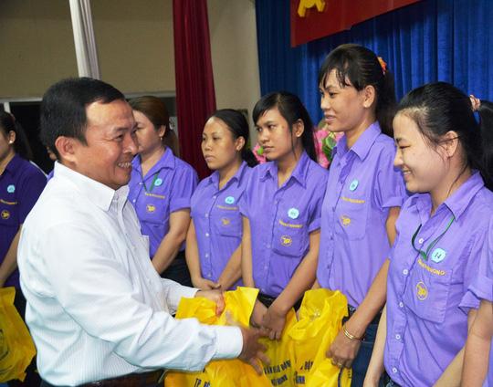 Ông Ngô Thanh Bắc, Phó Chủ tịch LĐLĐ quận 6 tặng quà cho nữ CNVC-LĐ