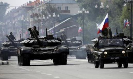 Các sĩ quan Nga lái xe tăng T-72 trong lễ diễu hành kỷ niệm 70 năm kết thúc Chiến tranh Thế giới thứ Hai hồi tháng 9-2015. Ảnh: Reuters