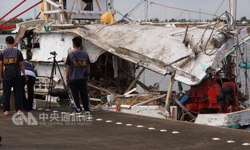 Tàu cá Đài Loan bị tên lửa xuyên qua - Ảnh: CNA