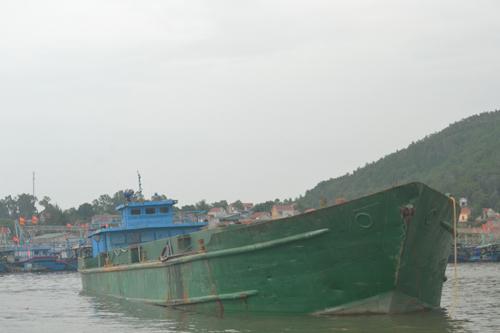 Tàu Hiệp Thành 2 đang bị lực lượng Bộ đội Biên phòng Nghệ An tạm giữ để điều tra, làm rõ
