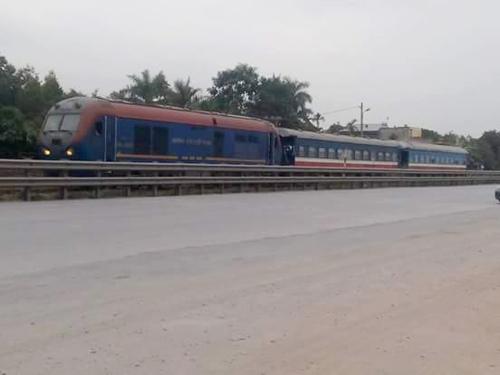 Công an tỉnh Quảng Ninh huy động lực lượng lớn, sử dụng tàu hỏa làm phương tiện di chuyển và bất ngờ ập tới - Ảnh: Otofun