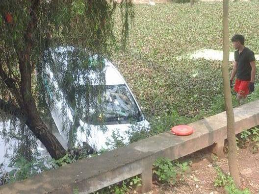 Chiếc xe rơi xuống hồ nước khiến 4 người tử vong trên xe - Ảnh: Facebook