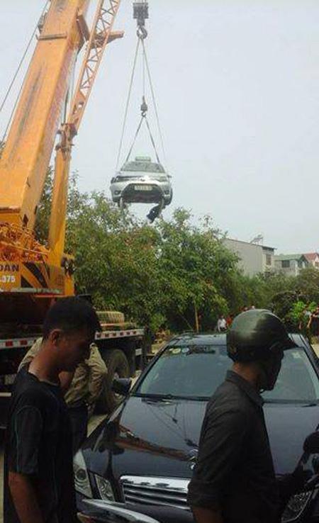 4 người tử vong trong xe taxi nổi trên hồ