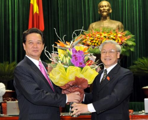 Tổng Bí thư Nguyễn Phú Trọng chúc mừng Thủ tướng Nguyễn Tấn Dũng tái đắc cử tháng 7-2011 - Ảnh: VGP